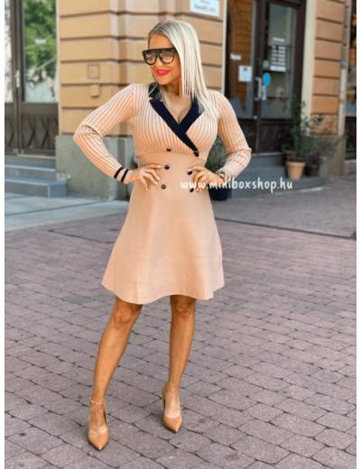 Bézs színű női A-vonalú ruha.