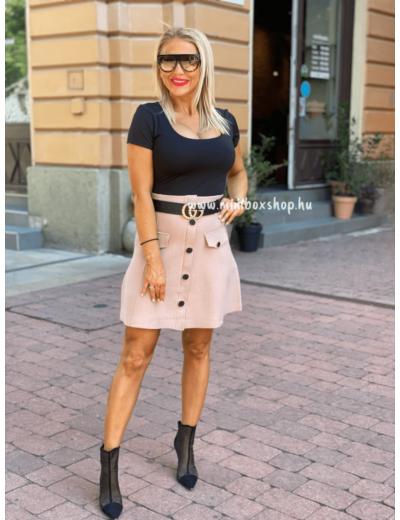 Bézs színű, vastagabb kötött anyagú női szoknya.