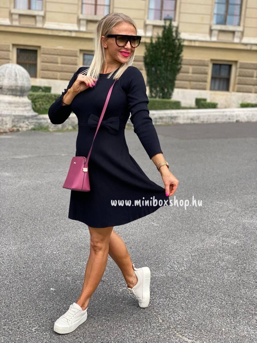Kötött anyagú női ruha, szélesedő szoknyarésszel